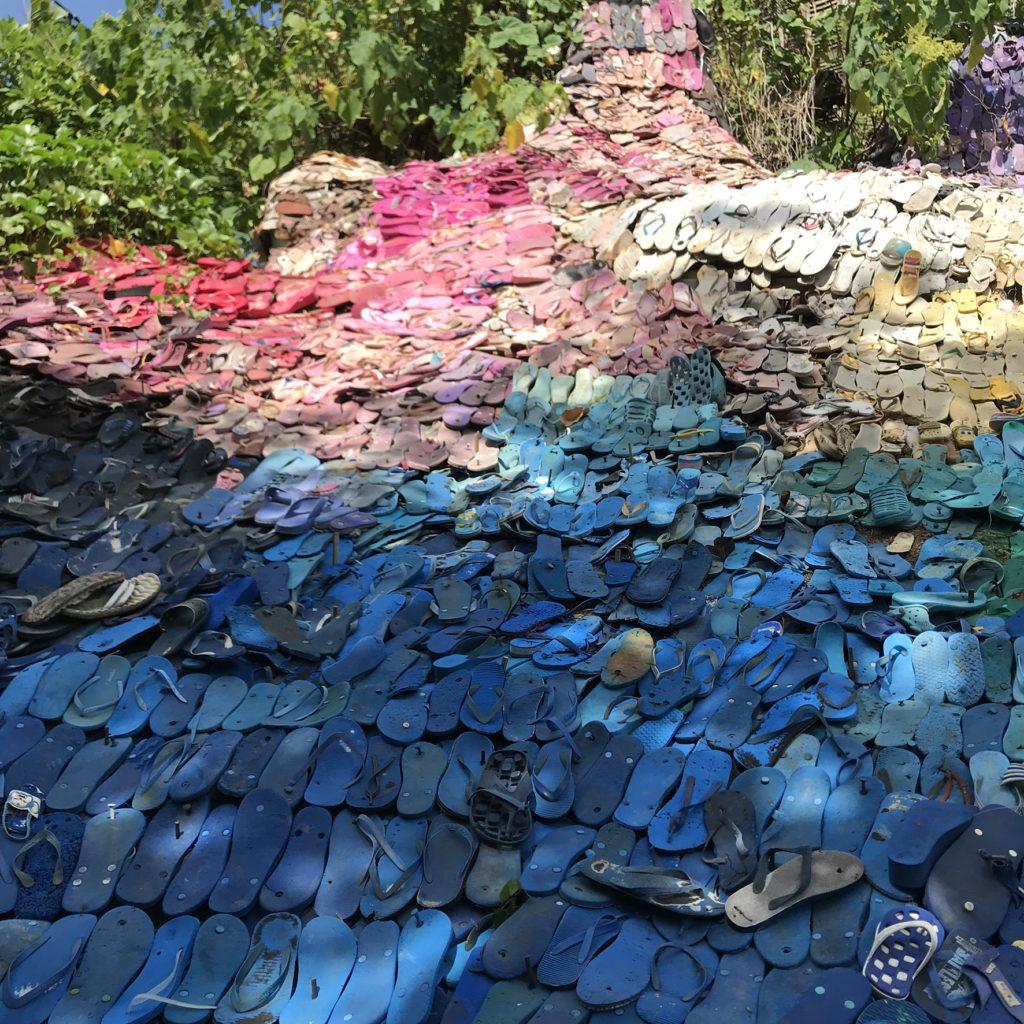 バリ島 スミニャック ポテトヘッドビーチクラブエントランスのサンダルで出来たオブジェ画像
