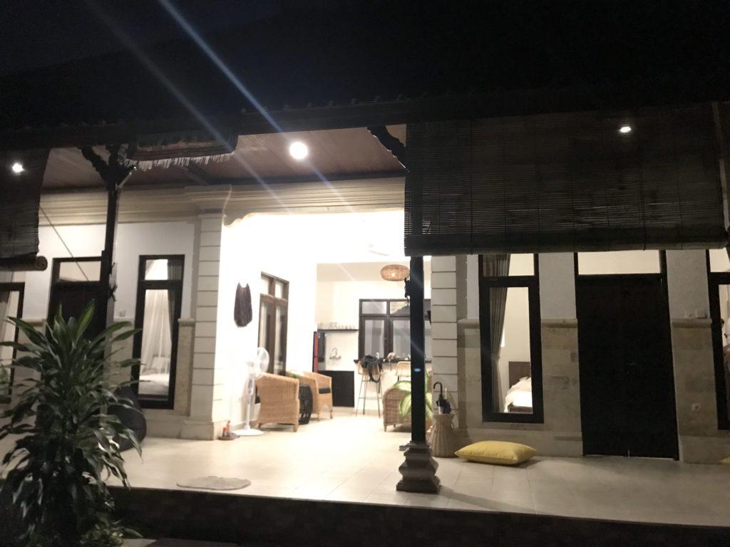 バリ島初日夜、ヴィラのオープンキッチン
