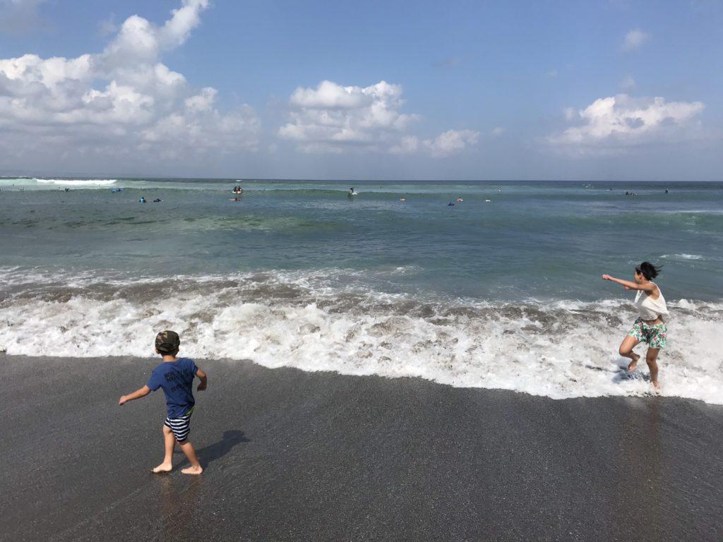 バトゥ・ボロン・ビーチで波と戯れる子ども達画像