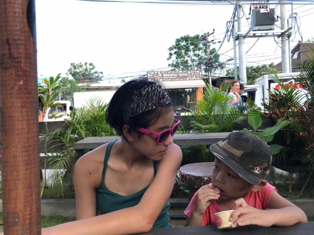 バリ島スミニャックとチャングー散策中ジェラートを食べる子ども画像