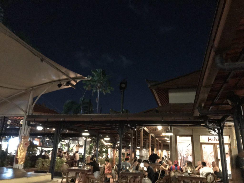 バリ島スミニャックのMade's Warung店内画像