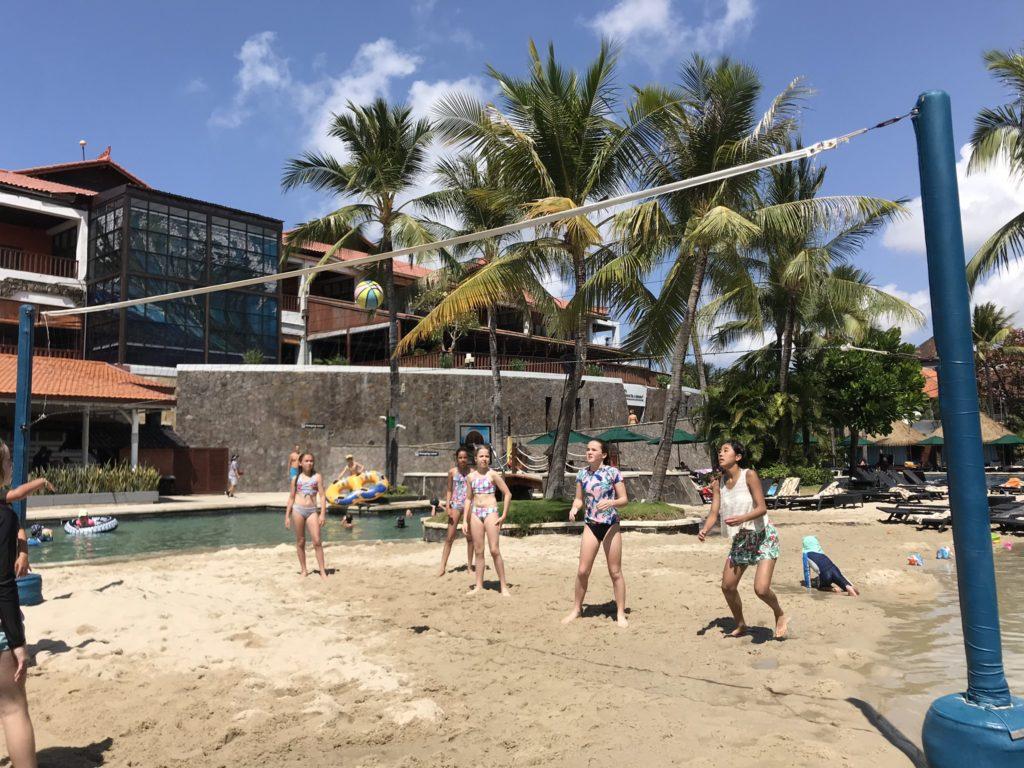 バリ島 クタのハードロックホテル バリ(Hard Rock Hotel Bali)のプールでビーチバレー