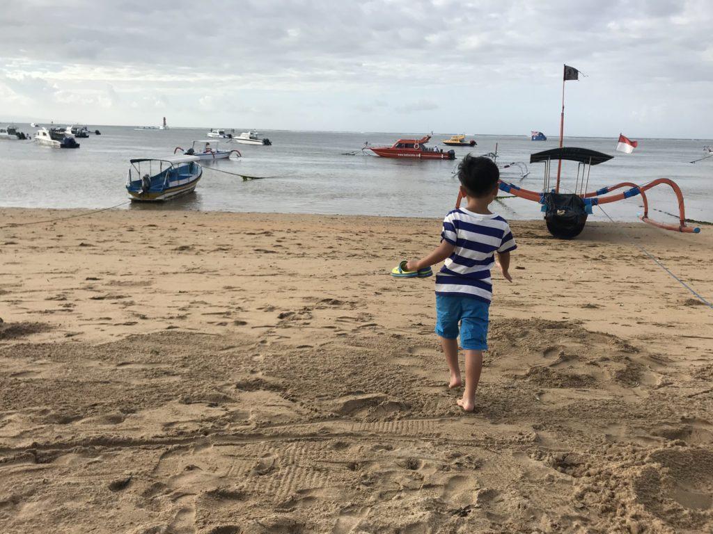バリ島 サヌールのビーチを息子と散策の様子